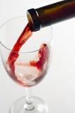 Vino rosso di versamento immagine stock libera da diritti
