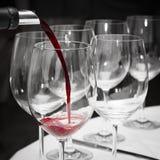 Vino rosso di versamento Fotografia Stock
