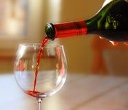 Vino rosso di versamento Immagini Stock Libere da Diritti
