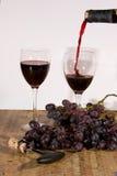 Vino rosso di versamento Immagini Stock