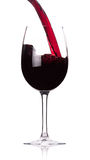 Vino rosso di versamento nel calice Fotografia Stock