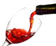 Vino rosso di versamento nel vetro di vino Fotografia Stock Libera da Diritti