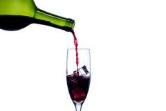 Vino rosso di versamento nel vetro di vino Immagine Stock Libera da Diritti