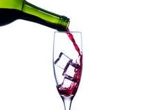 Vino rosso di versamento nel vetro di vino Immagini Stock