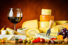 Vino rosso di vetro e del formaggio Immagine Stock