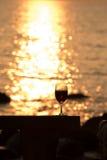 Vino rosso di vetro o al tramonto Immagine Stock