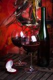 Vino rosso e anelli di fidanzamento Immagini Stock Libere da Diritti