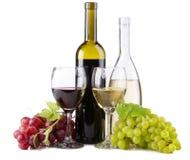 Vino rosso e bianco, con i mazzi di uva Immagini Stock