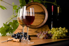 Vino rosso e bianco con l'uva Immagine Stock