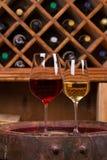 Vino rosso e bianco sul vecchio barile in cantina Concetto dell'alimento e del vino Fotografia Stock