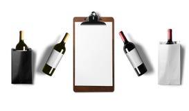 Vino rosso e bottiglie di vino bianco isolate su fondo bianco Immagine Stock