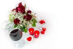 Vino rosso e candele del mazzo di giorno di biglietti di S. Valentino su fondo bianco Fotografia Stock