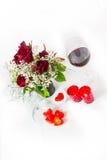 Vino rosso e candele del mazzo di giorno di biglietti di S. Valentino sul ritratto bianco- Fotografia Stock Libera da Diritti