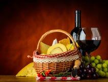 Vino rosso e canestro con formaggio Fotografia Stock Libera da Diritti