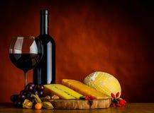 Vino rosso e formaggio con lo spazio della copia Immagini Stock Libere da Diritti