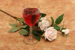 Vino rosso e rose bianche Immagini Stock