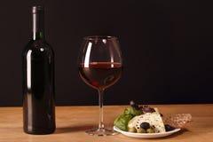 Vino rosso e spuntini con formaggio Fotografia Stock