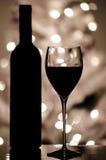 Vino rosso e una bottiglia Immagine Stock