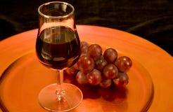 Vino rosso ed uva su un cassetto Immagini Stock Libere da Diritti