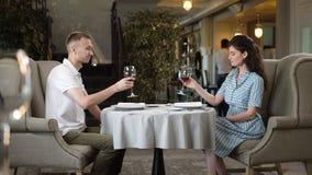 Vino rosso felice di gusto dell'uomo e della donna vecchio in ristorante archivi video