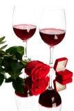 Vino rosso, rosa ed anelli di cerimonia nuziale Immagini Stock
