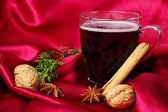 Vino rosso rosso aromatizzato caldo (Gluehwein) fotografia stock libera da diritti