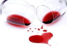 Vino rosso rovesciato su priorità bassa bianca Fotografie Stock Libere da Diritti