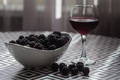 Vino rosso saporito con le more immagine stock