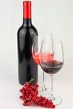Vino rosso su priorità bassa bianca Fotografie Stock