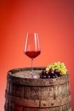 Vino rosso su un barilotto del woodn Immagine Stock