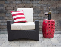 Vino rosso sulla Tabella accanto alla sedia sul patio dell'alta società Fotografia Stock Libera da Diritti