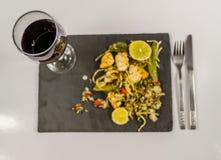 Vino rosso in un bicchiere di vino nel pollo tailandese del fondo con fotografia stock