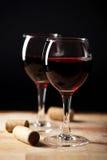 Vino rosso in vetri ed in sugheri fotografia stock libera da diritti