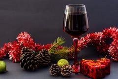 Vino rosso in vetri sul tavolo da pranzo all'aperto fotografia stock