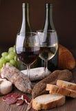 Vino, salchicha y pan Fotografía de archivo libre de regalías