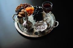 Vino tinto, copa con las nueces, uvas e higos en fondo de madera oscuro imagen de archivo libre de regalías