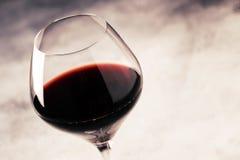 Vino tinto del merlot de las variedades de la uva en la tabla de cristal, gris, selec imagenes de archivo