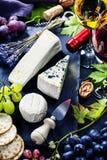 Vino, uva y queso foto de archivo libre de regalías