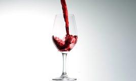 Vino versato dentro a vetro Fotografia Stock