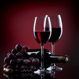 Vino in vetri con l'uva e la bottiglia Fotografie Stock Libere da Diritti