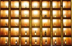 Vino, whisky, licor chino en el estante Fotografía de archivo