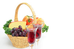 Vino y cesta pínica Fotos de archivo libres de regalías