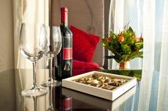 Vino y chocolates - tarde romántica Imagenes de archivo