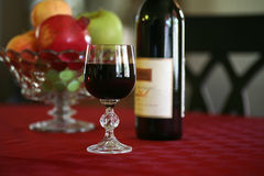 Vino y fruta sanos del corazón Fotos de archivo libres de regalías