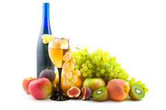 Vino y frutas aislados Imagen de archivo