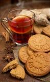 Vino y galletas reflexionados sobre Fotos de archivo