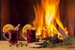 Vino y galletas reflexionados sobre en la chimenea de la Navidad Imagen de archivo