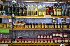 Vino y miel para la venta en mercado fotografía de archivo libre de regalías