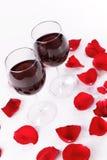 Vino y pétalos color de rosa Imagenes de archivo