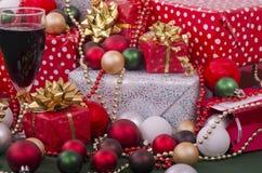 Vino y presentes de la Navidad imagenes de archivo